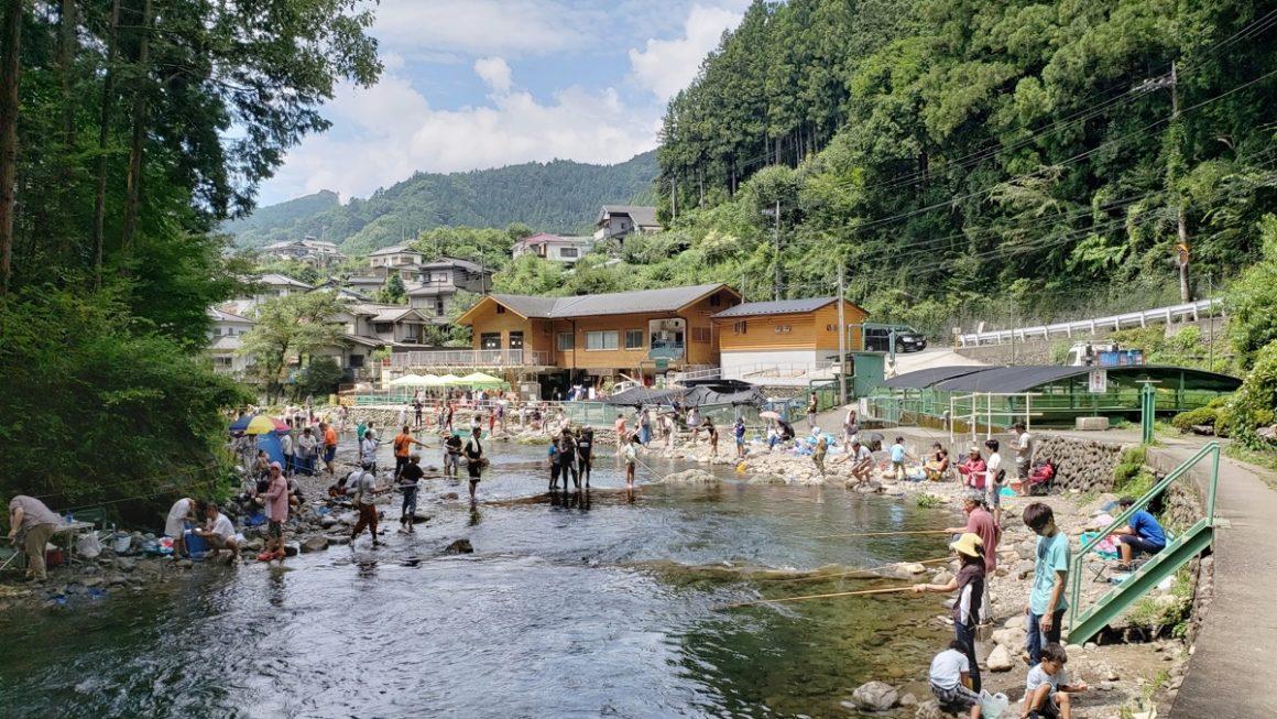 秋川国際マス釣場に行ってきた。夏は大混雑だけれど持込OKのバーベキューが予約不要で楽しめる