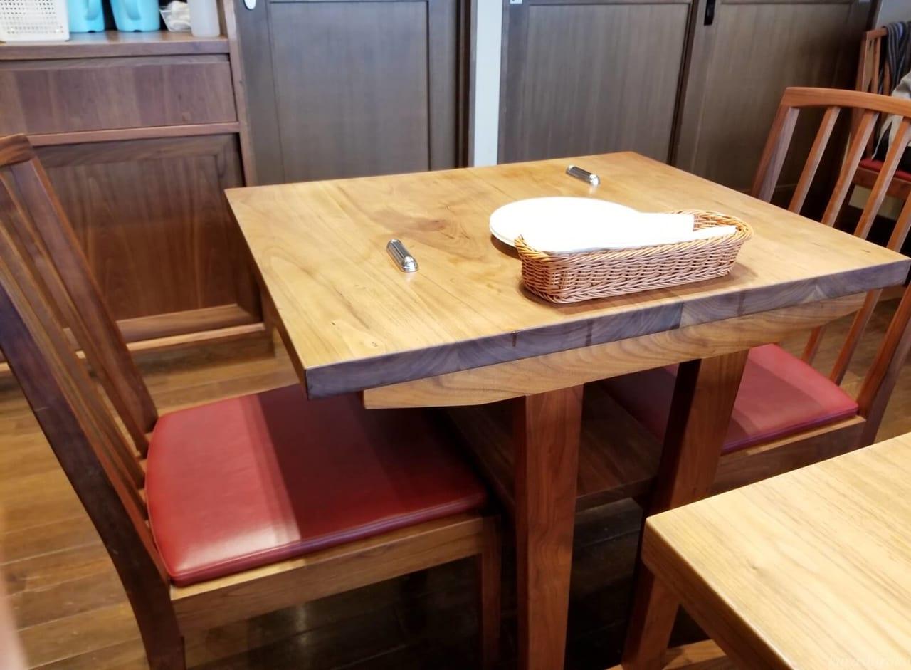 Pizzeria YUICIRO&Aのテーブル