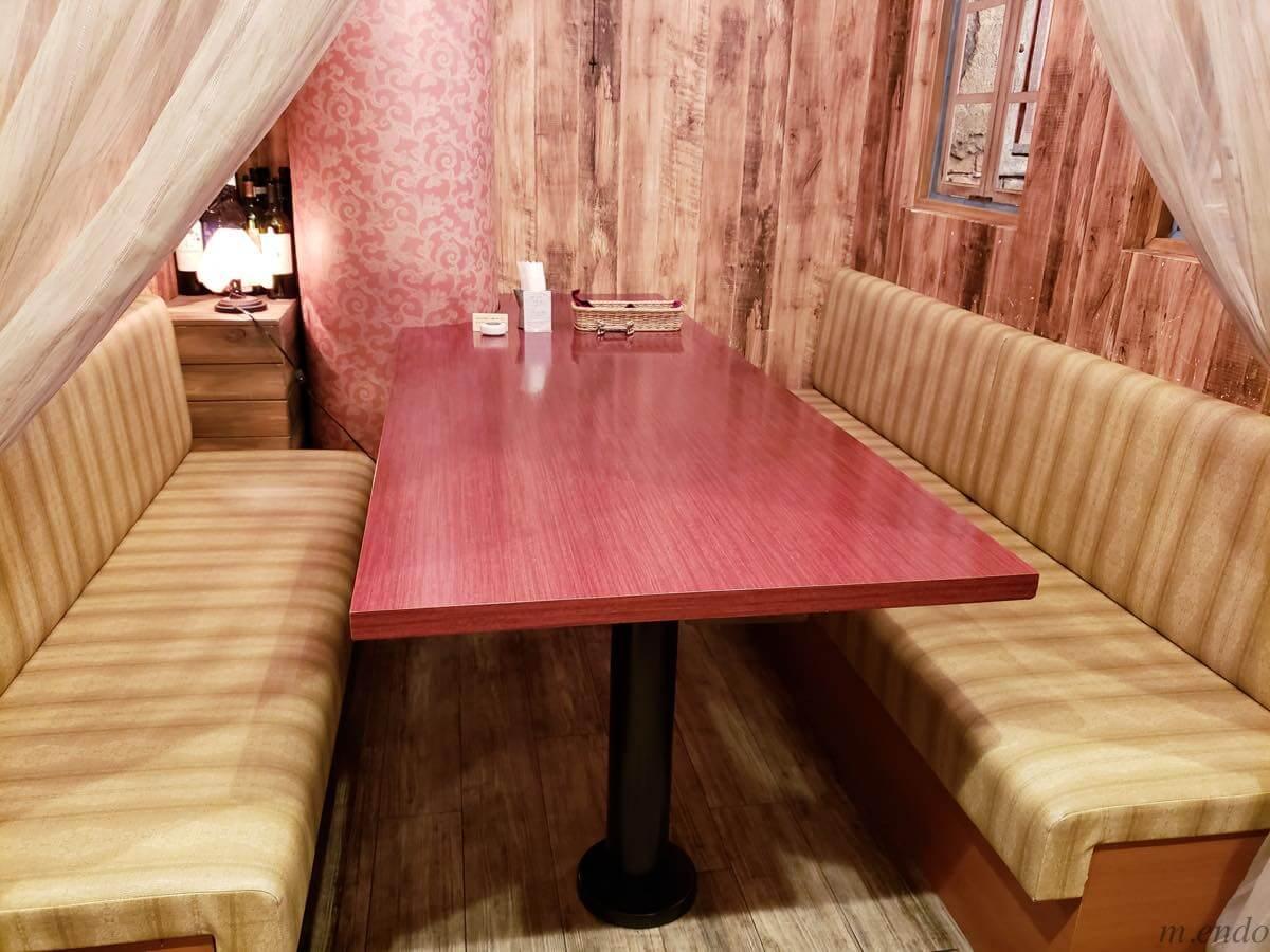 ビストロ&バル ラポールのテーブル席