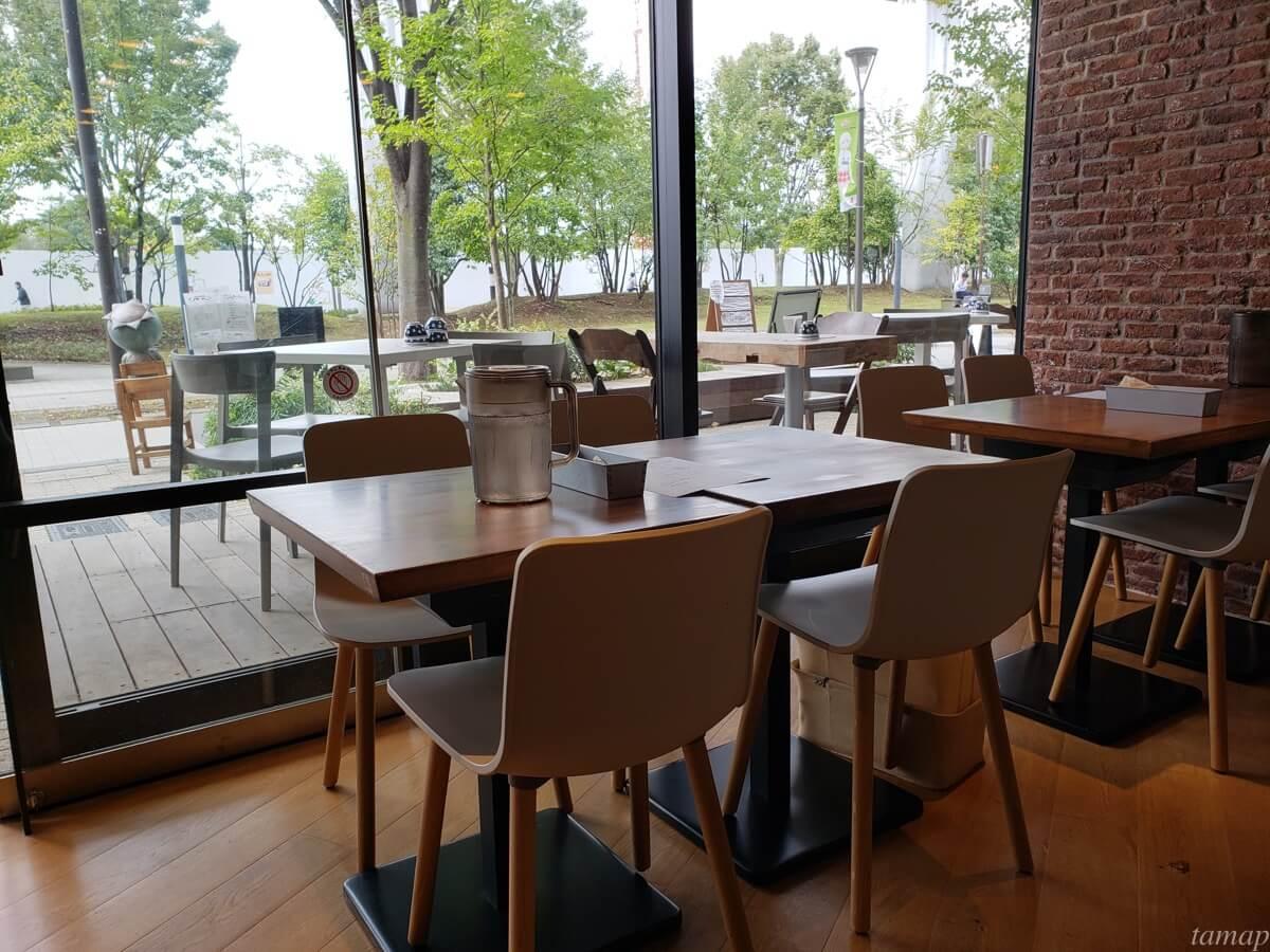 立川北口「菊松西洋料理店」のテーブル席