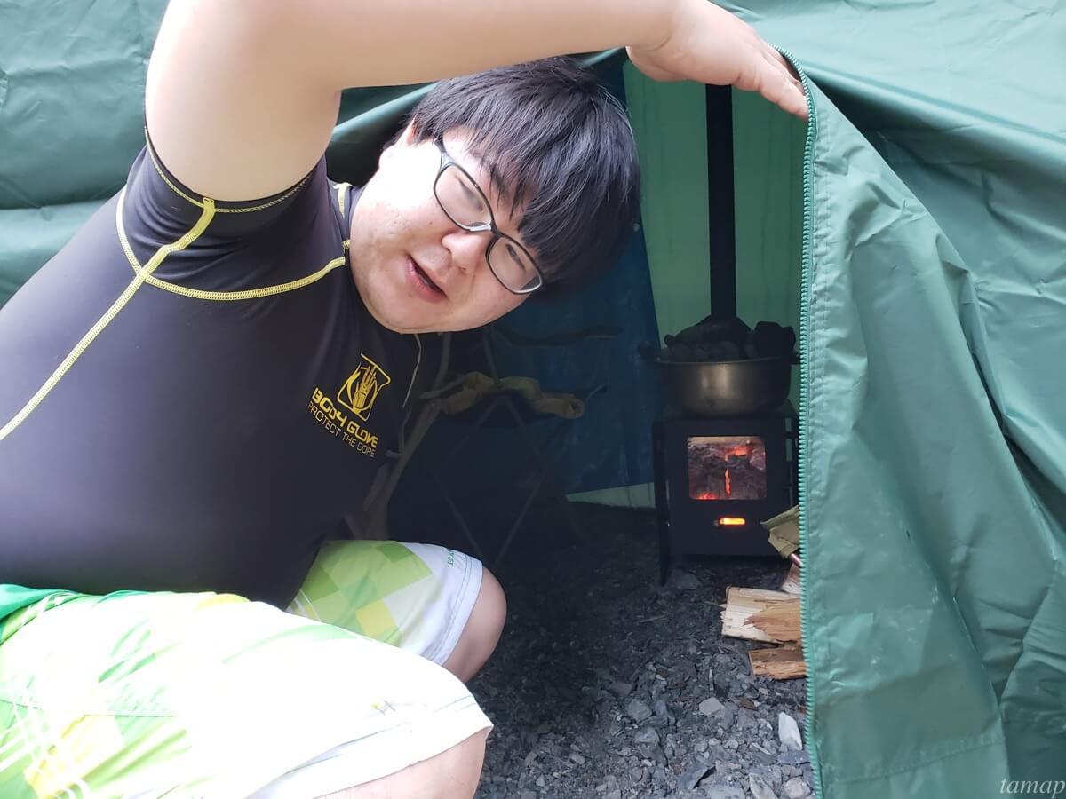 テントに入るところ