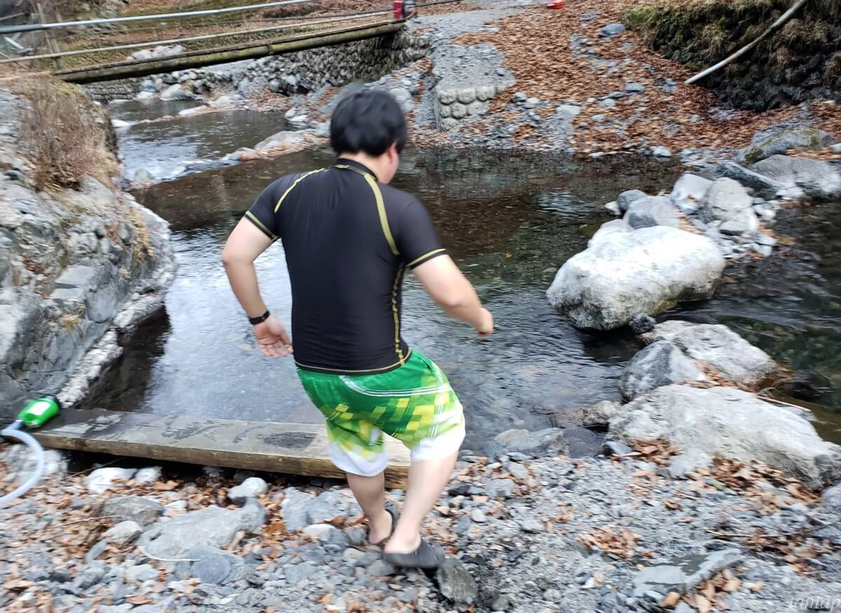 川に入るところ