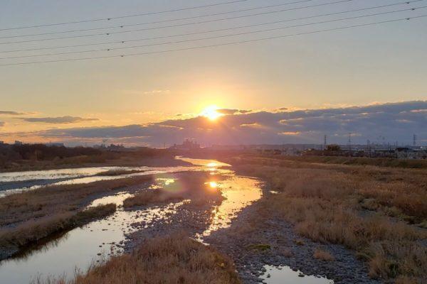 東京都多摩地域「初日の出」おすすめ穴場スポット。キレイな川に映り込む光に心の底から感動