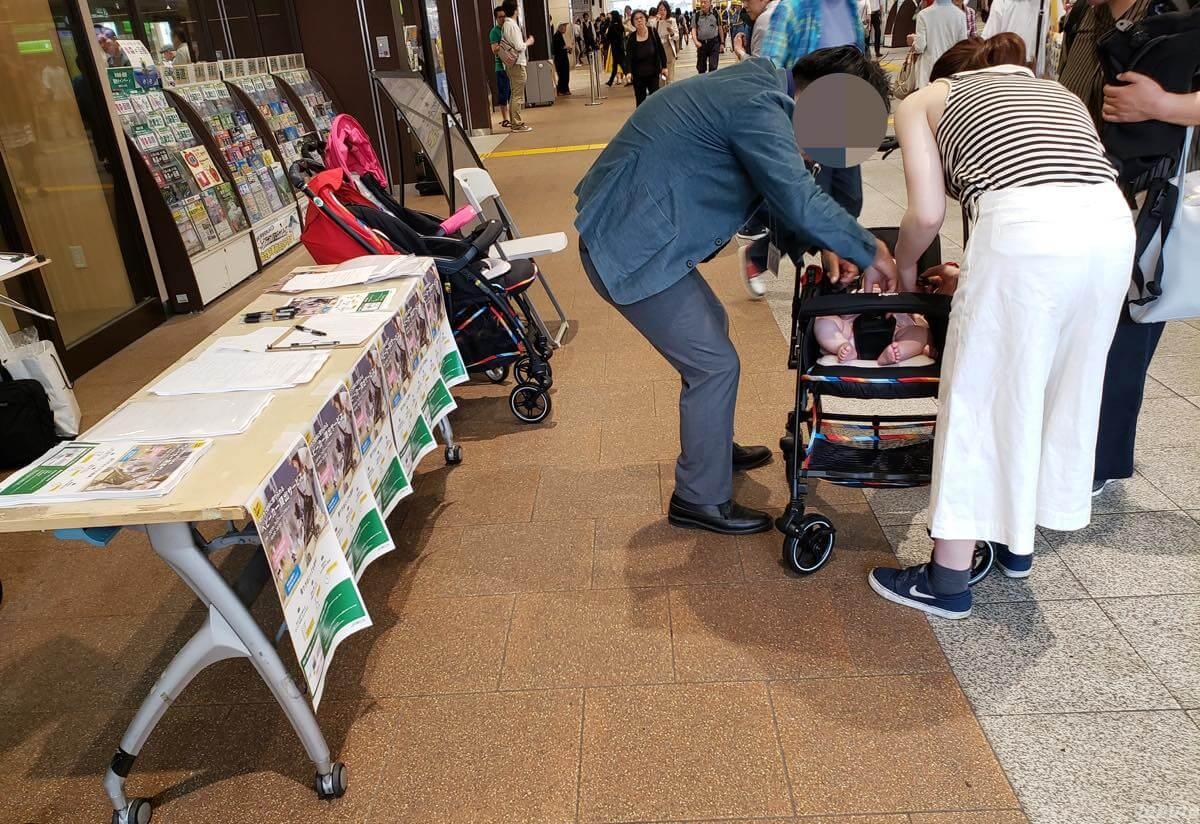立川駅でベビーカー貸出中でベビーカーに乗せる親子