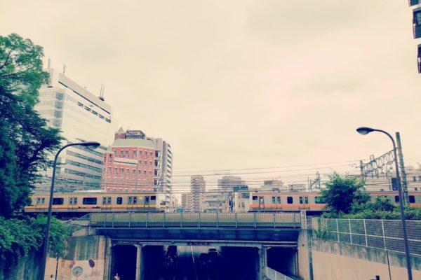 レールから脱線しない生き方って難しい。立川の歩道橋の上から見える中央線を眺めながら考えたこと