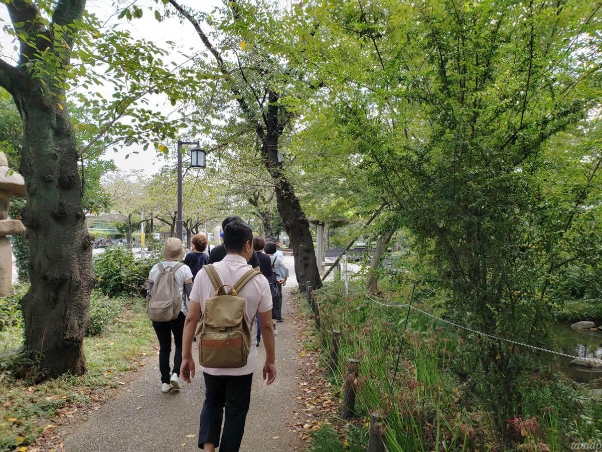 根川緑道をみんなで歩いているところ