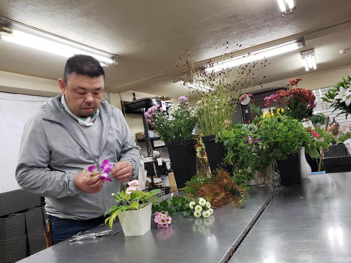 三田花店でフラワーアレンジメントをするところ