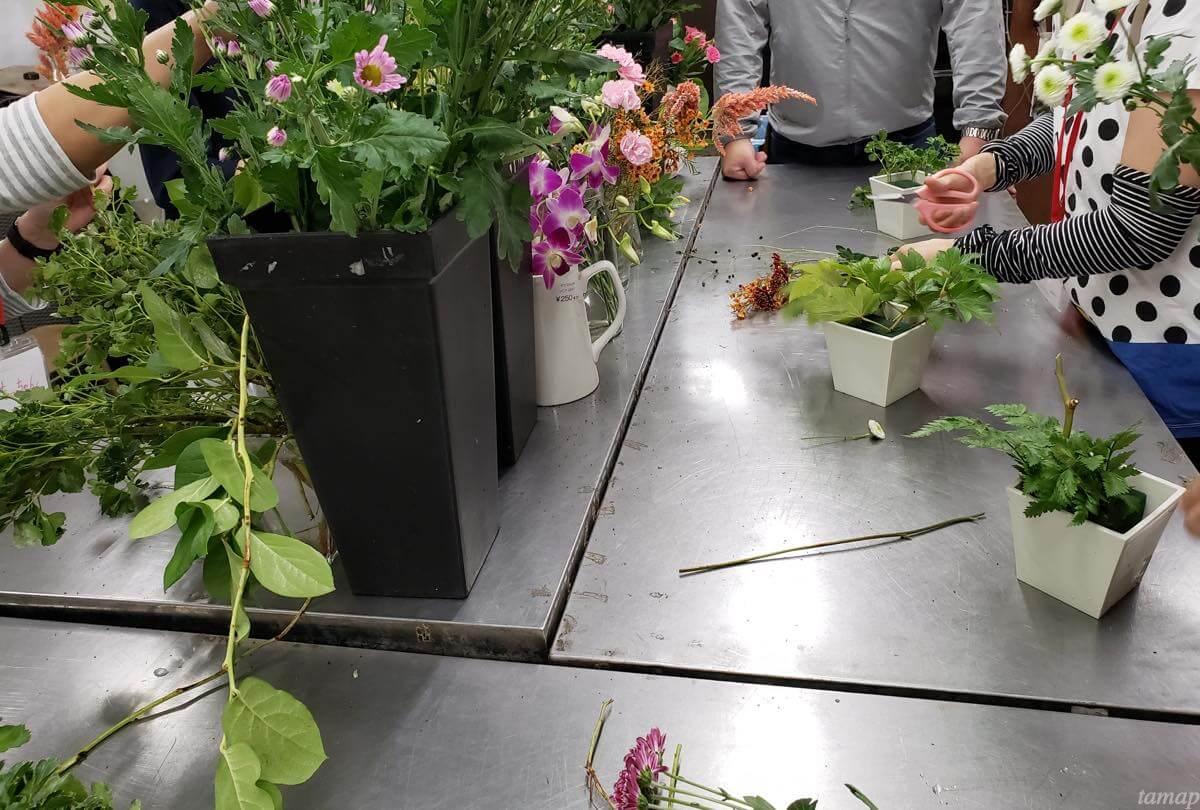 好きな花を取りながらフラワーアレンジメント体験