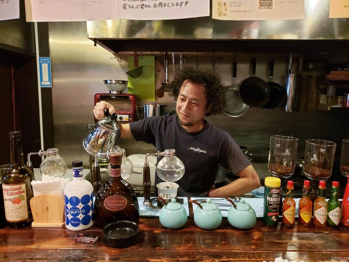 サイフォンコーヒーを淹れる大崎さん