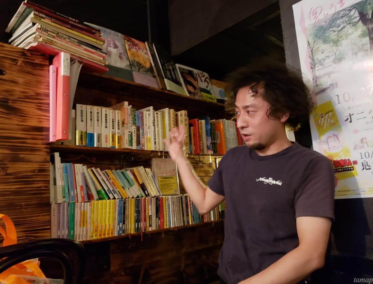 本の説明をする大崎さん