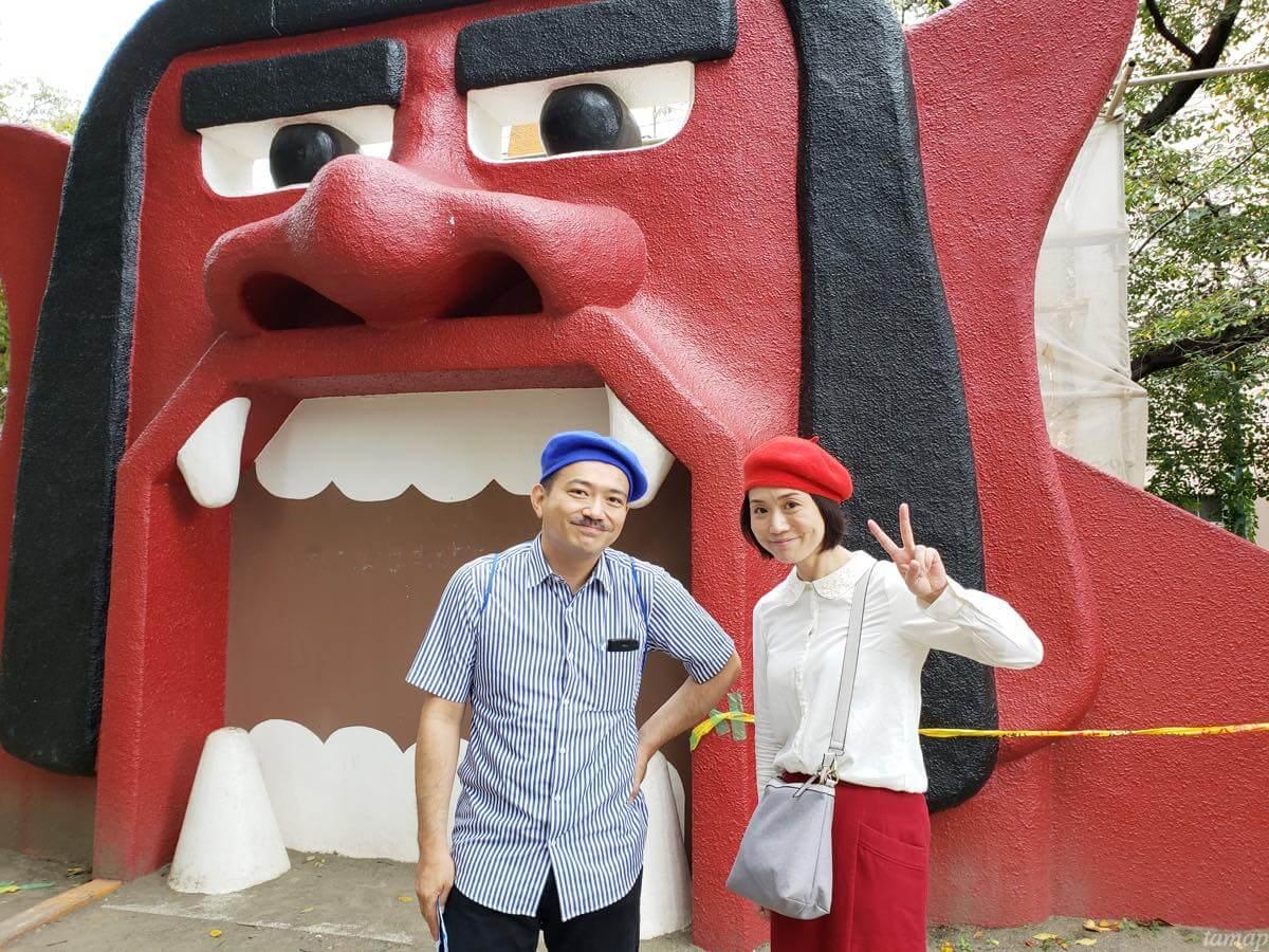 オニ公園で記念撮影する倉迫さんと平さん