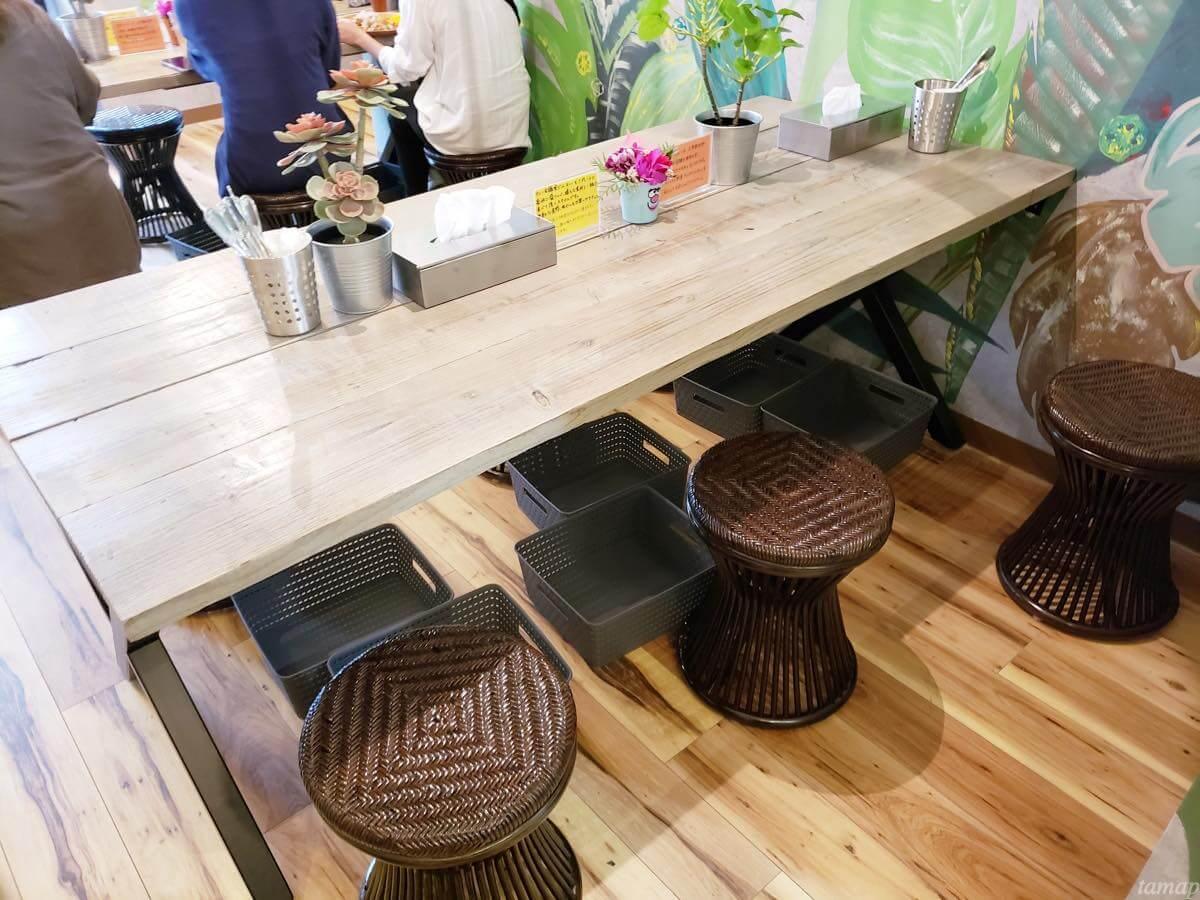 カレー会議室のテーブル