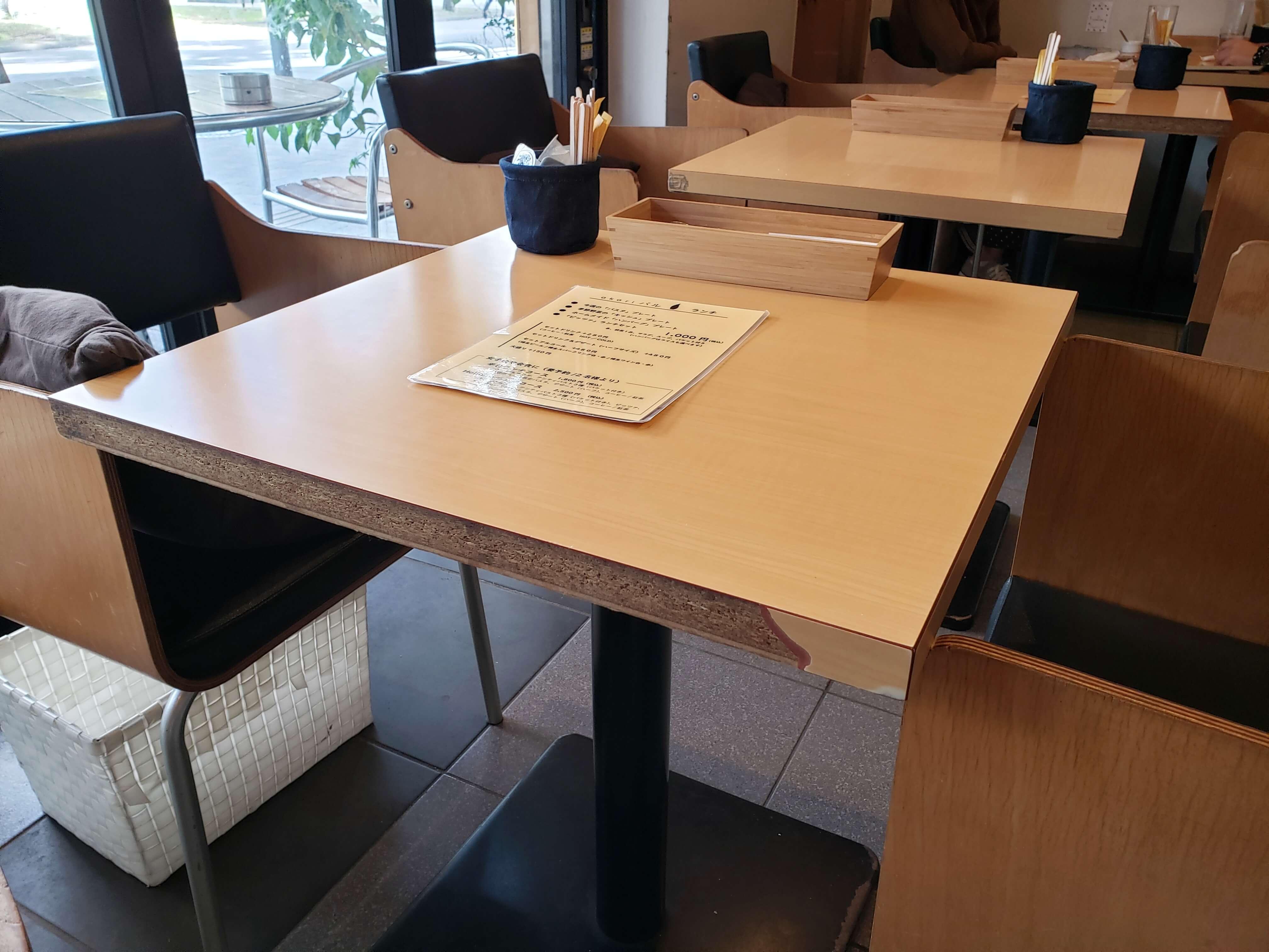 akariバルのテーブル