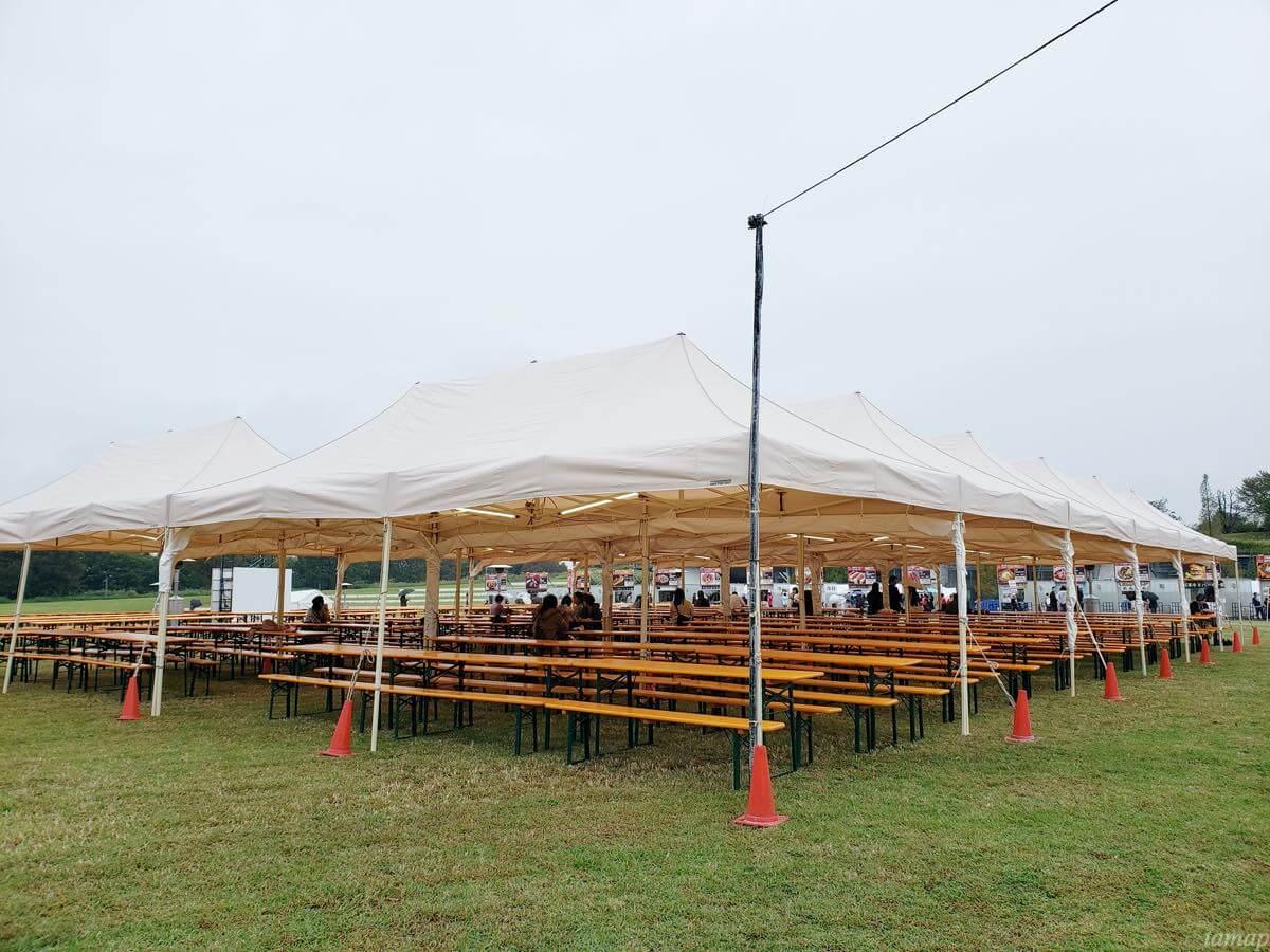 肉フェス会場のテーブル