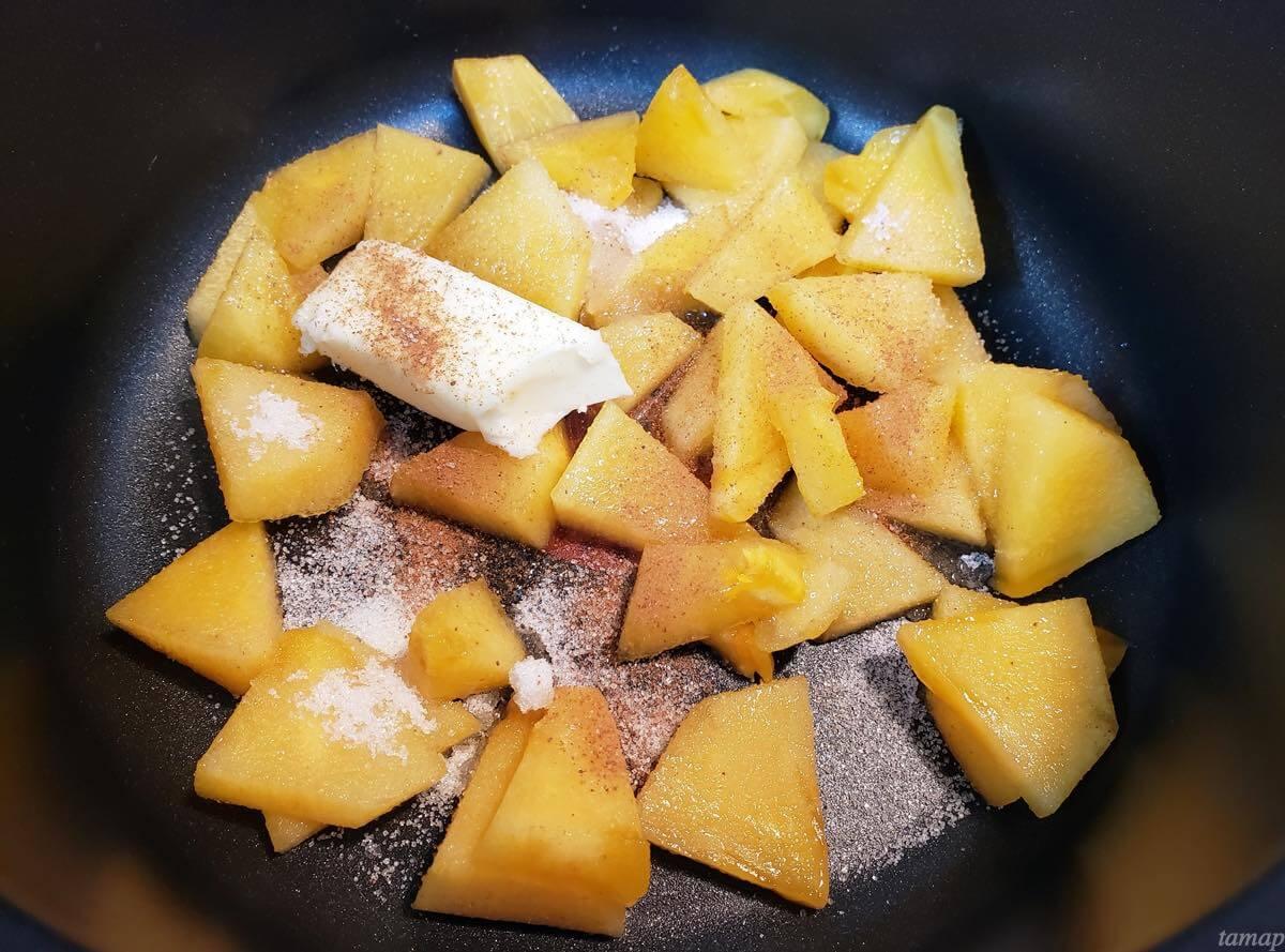 柿を砂糖で煮詰めているところ