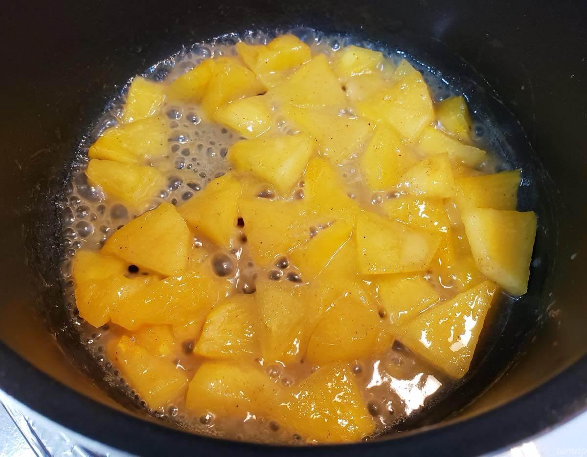 柿が煮詰まった鍋