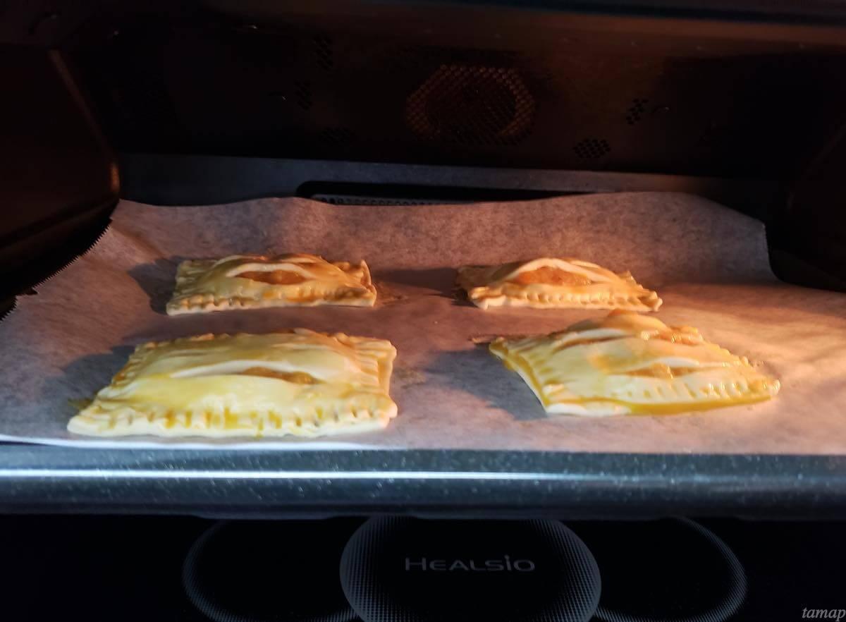 パイをオーブンで焼いているところ