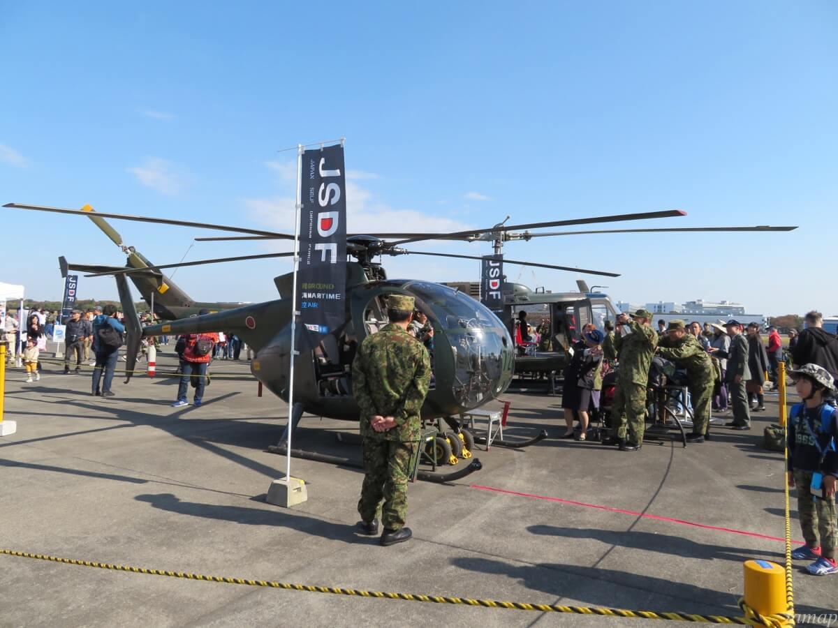 立川防災航空祭のヘリコプターに乗る人