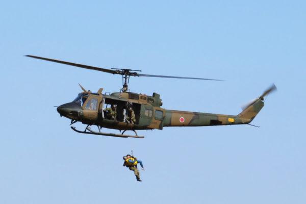 「立川防災航空祭2019」に行ってきた。最大17機で青空に舞う編隊飛行や空挺降下をリポート