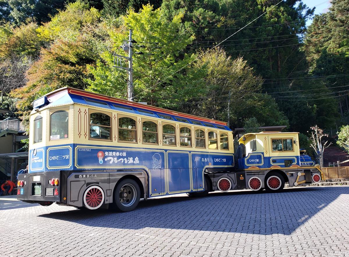 つるつる温泉の機関車バス