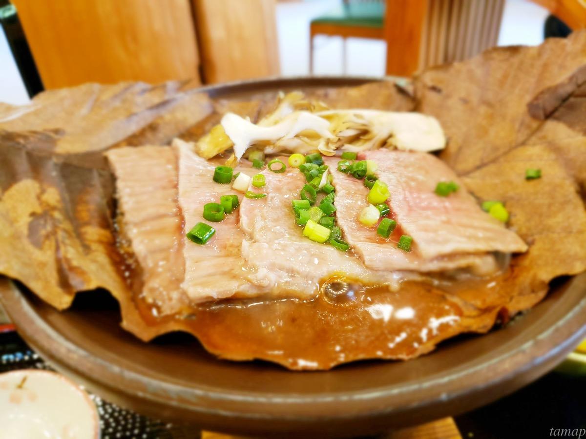 つるつる温泉の東京黒毛和牛のつるつる朴葉焼きが焼けているところ