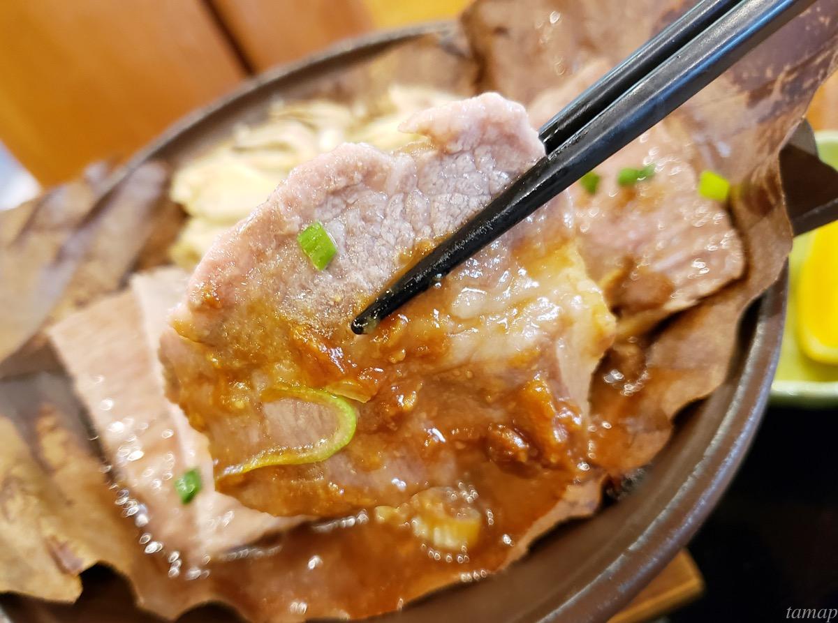つるつる温泉の東京黒毛和牛のつるつる朴葉焼きを持っているところ