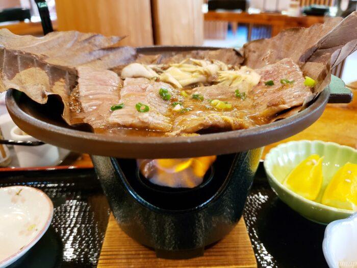 つるつる温泉の東京黒毛和牛のつるつる朴葉焼きを焼いているところ