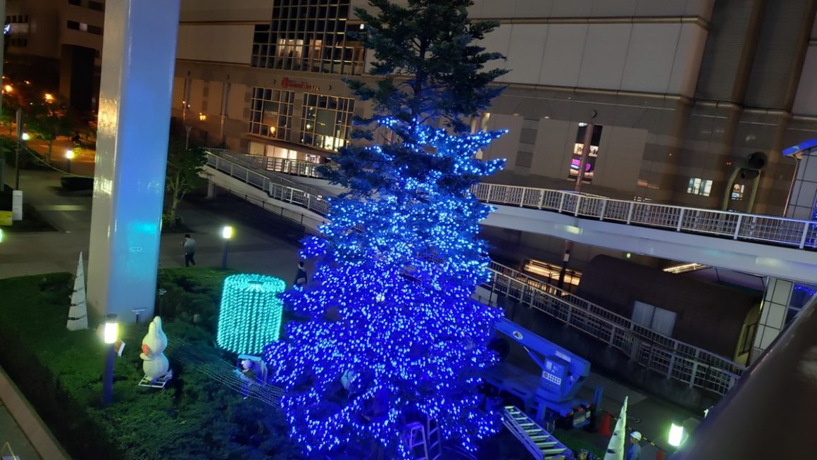 「Tachikawa燦燦 Illumination2019」の点灯式は11月16日(土)。メインツリーの電球装飾を設置中