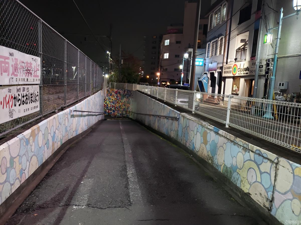 『焼肉 大幸園 立川店』の地下道