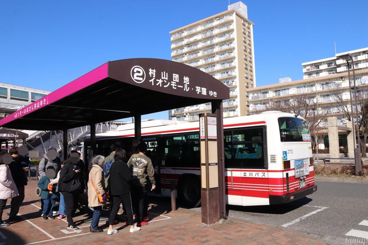 立川バスに乗るところ