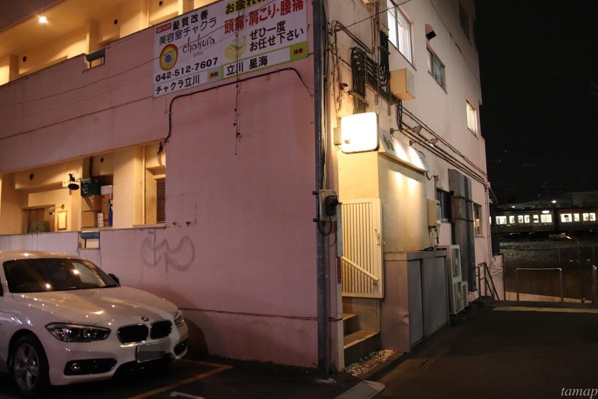 ピンク色の建物