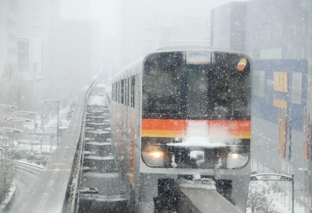 多摩都市モノレールの雪化粧