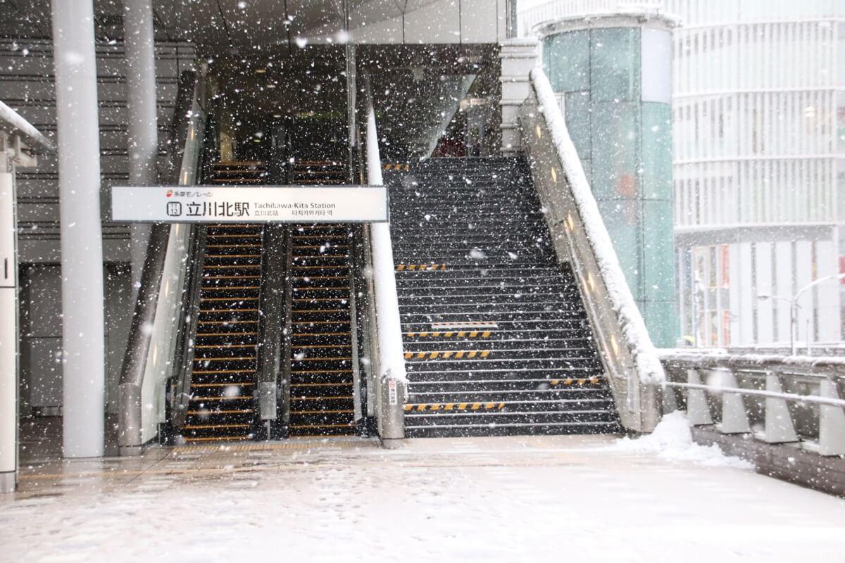多摩モノレール立川北駅の雪