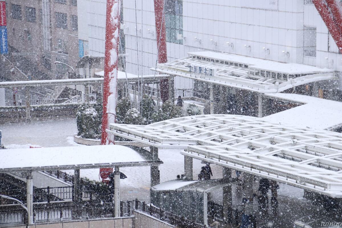 立川駅の赤いアーチ状のオブジェの雪
