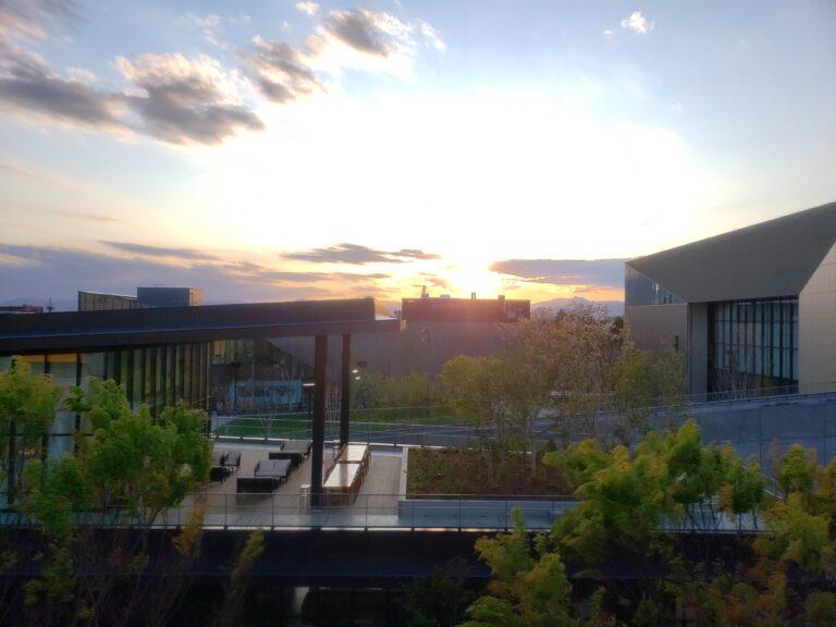 夕陽に照らされているオープン日のGREEN SPRINGS