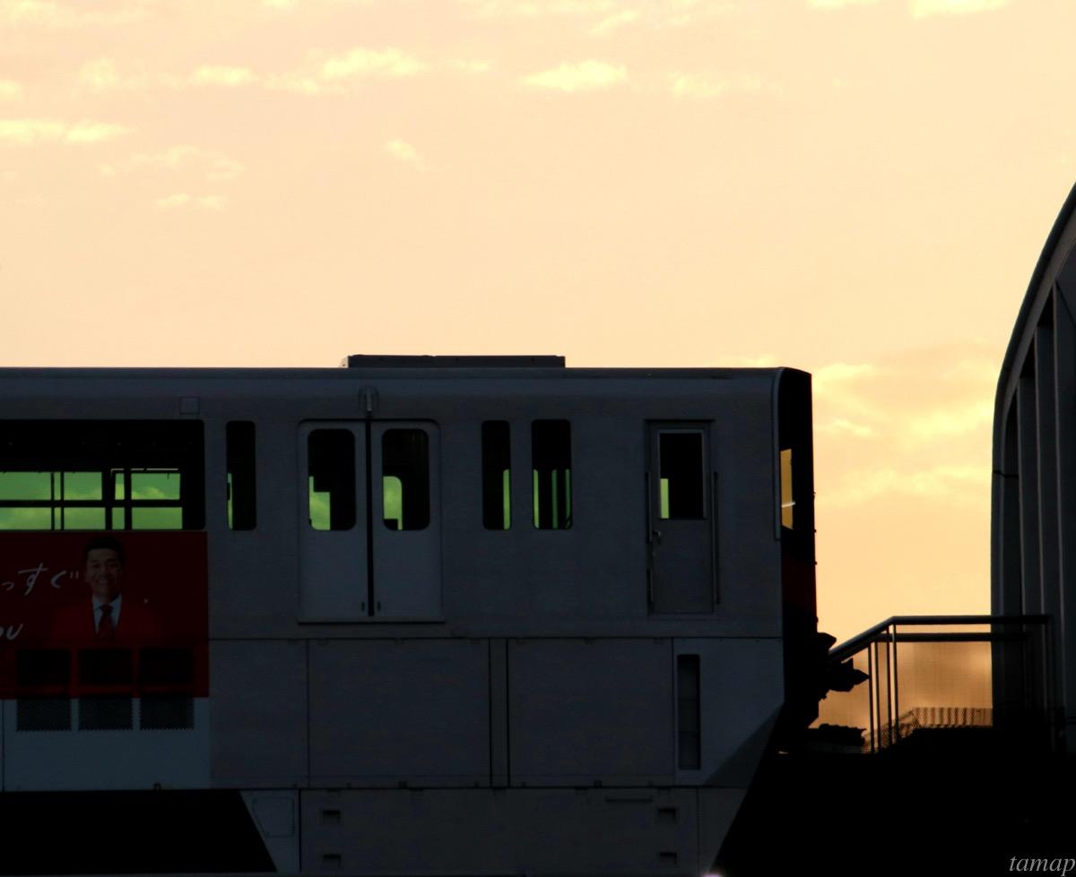 夕陽に映える多摩モノレール
