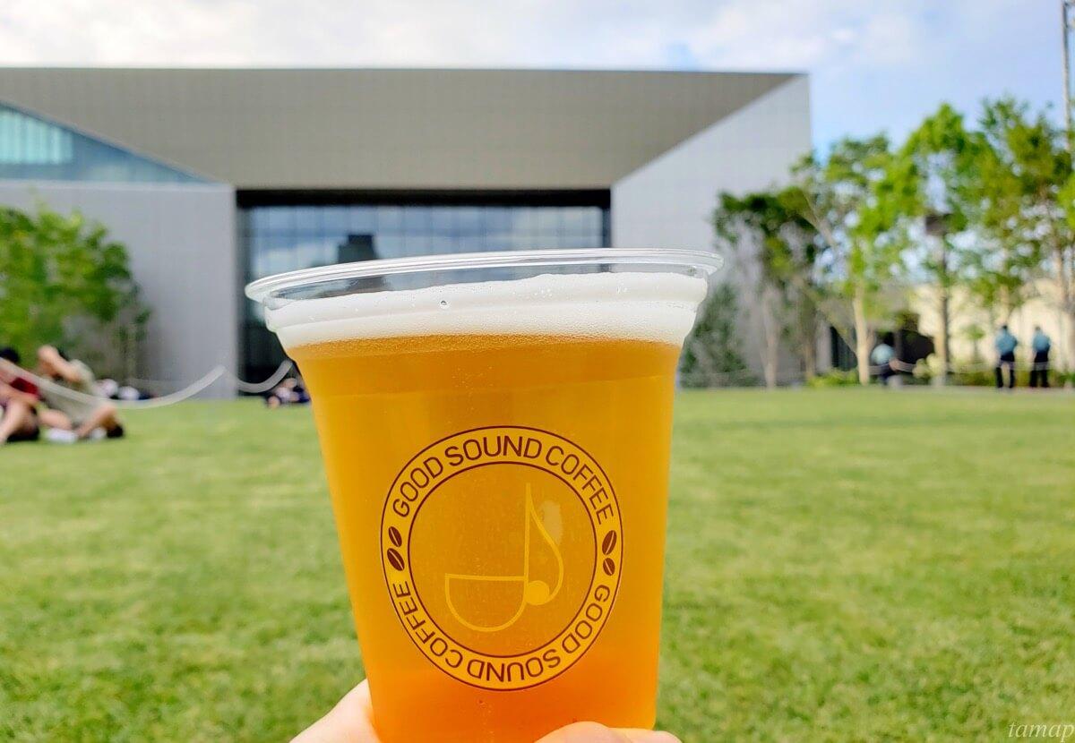 芝生の上で飲むビール