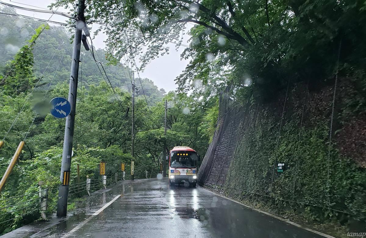 日原街道のバス