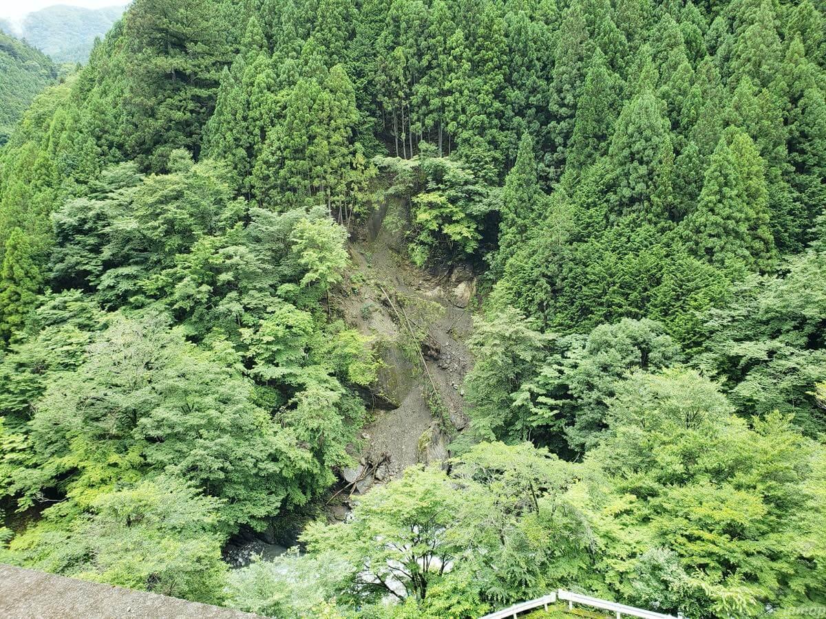 日原鍾乳洞の崖
