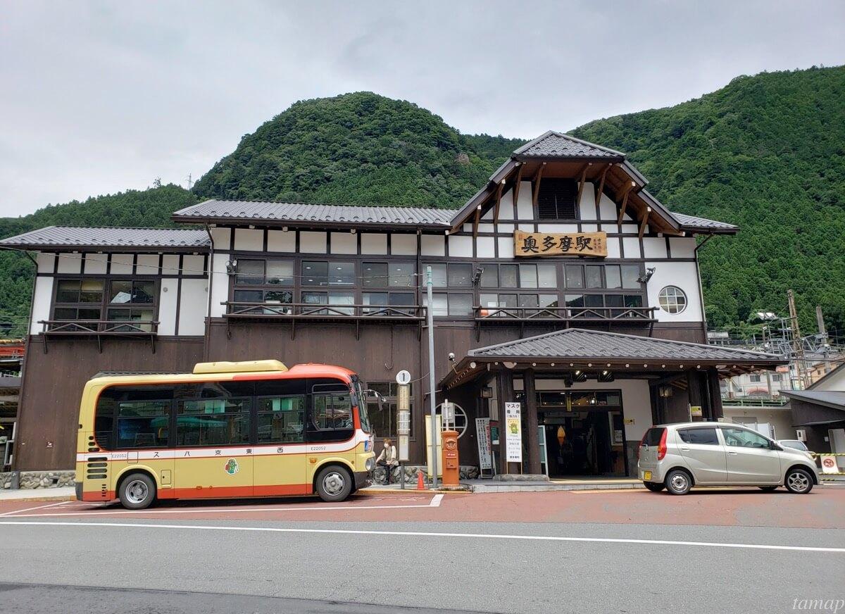 奥多摩駅前の西東京バス