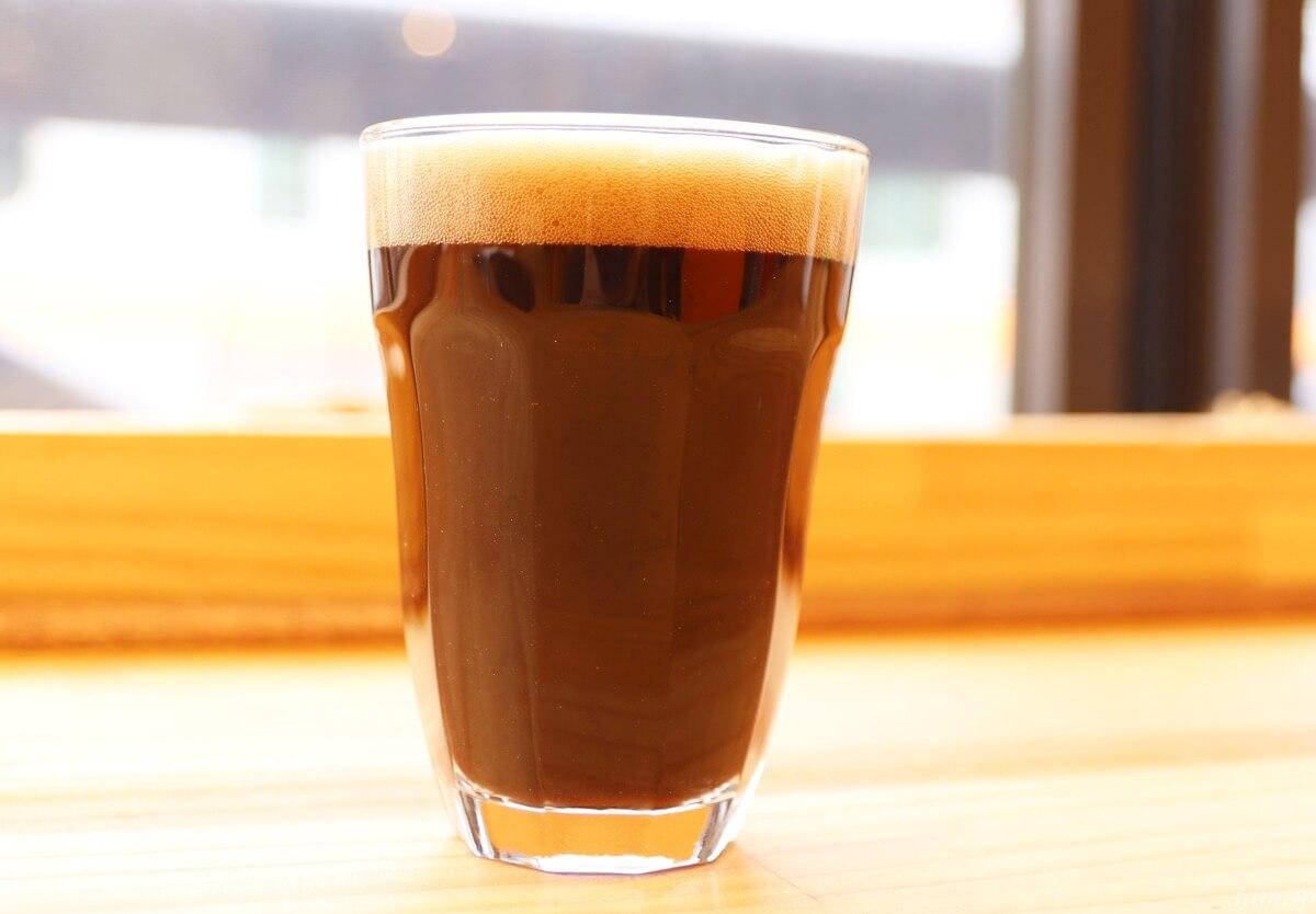 コーヒービールを注いだグラス
